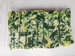 菠菜鸡蛋糕,切成条或者块。