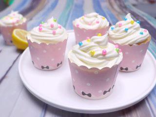 春暖花开~懒人奶油纸杯蛋糕约起来哦~,最后撒上自己喜欢的装饰珍珠豆