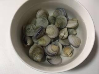 蛤蜊鸡蛋面疙瘩,将蛤蜊用淡盐水泡两个小时,然后充分洗涤干净备用