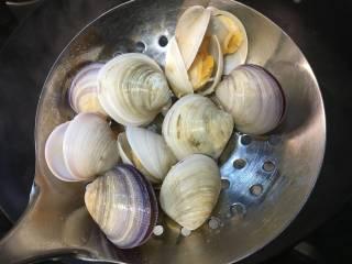 蛤蜊鸡蛋面疙瘩,放入蛤蜊,大火至蛤蜊全部开口,然后捞出