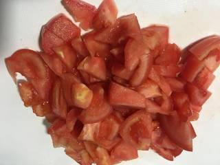 蛤蜊鸡蛋面疙瘩,番茄切成小块