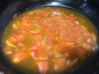 蛤蜊鸡蛋面疙瘩,把刚才煮蛤蜊的水慢慢的倒入番茄锅中,碗底的蛤蜊水倒掉,有时候会有少量的泥沙