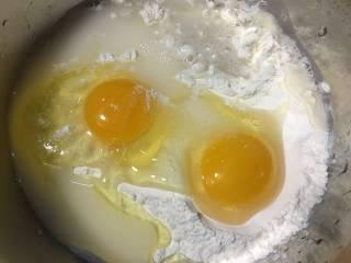 蛤蜊鸡蛋面疙瘩,取适量的面粉,加入两个鸡蛋,少许的盐,和适量的水,我喜欢在面里加入鸡蛋做出来,面团是比较蓬松的,家里的小孩比较喜欢这样吃