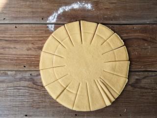 春暖花开,将南瓜面团擀成约8寸,厚5-7毫米的圆饼,先等分切成16份,再将每份等分切成3份,如图。