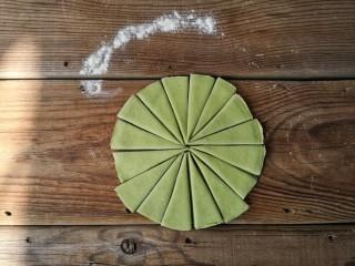 春暖花开,将菠菜面团同样擀成约5寸,厚5-7毫米的圆饼,并等分切成16份,如图。