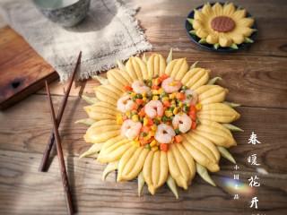 春暖花开,出锅后装在葵花馒头造型盘中。