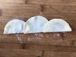 葱油饼,对折起来。
