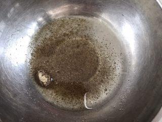 葱油饼,在碗里倒入油和胡椒粉。