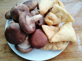油豆腐炖香菇,准备材料