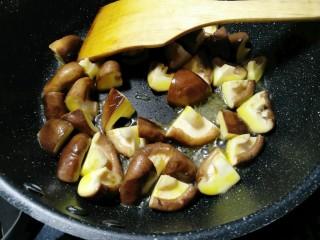 油豆腐炖香菇,把香菇炒出水