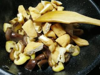 油豆腐炖香菇,把油豆腐放进去煸炒