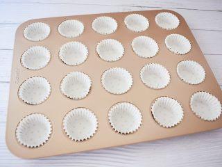 酸奶小蛋糕,模具装入纸托备用