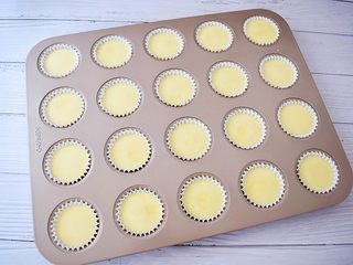 酸奶小蛋糕,挤入纸托中