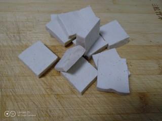 麻辣豆腐炒平菇,豆腐切块。