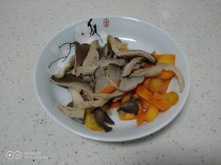 麻辣豆腐炒平菇,平菇和胡萝卜焯水30秒。