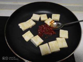 麻辣豆腐炒平菇,煎至两面金黄放入郫县豆瓣酱。