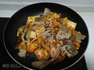 麻辣豆腐炒平菇,翻炒均匀。