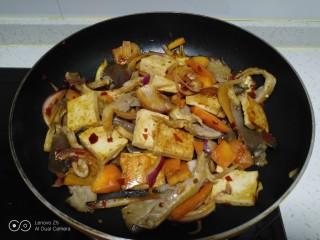 麻辣豆腐炒平菇,关火。