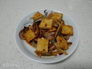 麻辣豆腐炒平菇,盛入盘中。