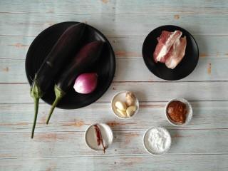 茄丁肉酱面,准备所需食材。