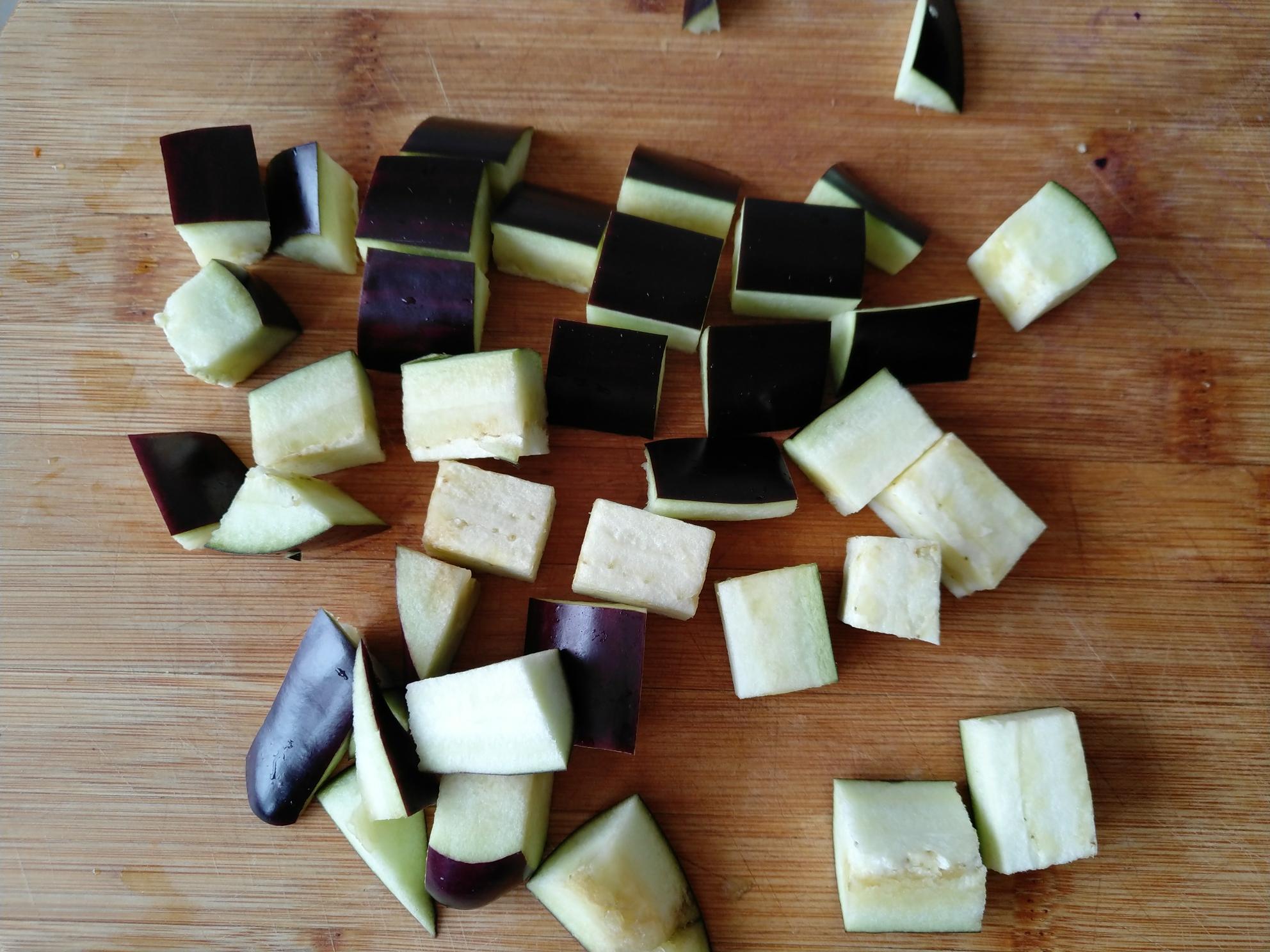 茄丁肉酱面,茄子洗净切小块(跟中等蒜瓣大小即可)。</p> <p>
