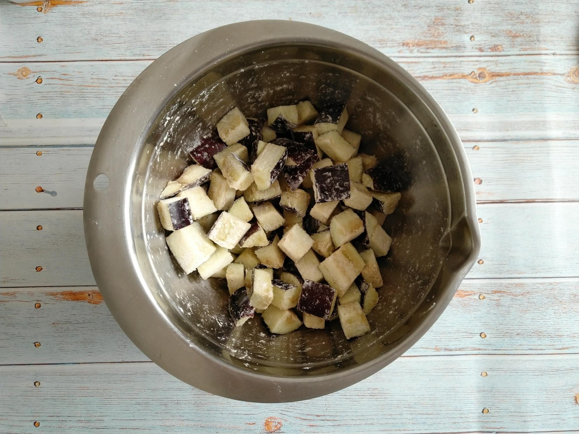 茄丁肉酱面,切好的茄丁放适量淀粉抓拌均匀 淀粉的量不用太多 基本能裹匀茄块即可。</p> <p>