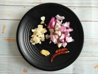 茄丁肉酱面,洋葱切小块、姜、蒜切片备用