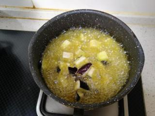茄丁肉酱面,锅内倒入食用油 待油温6-7成热时放入抓拌好的茄块