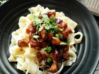 茄丁肉酱面,可以根据自己口味撒少许香菜或小葱调味。