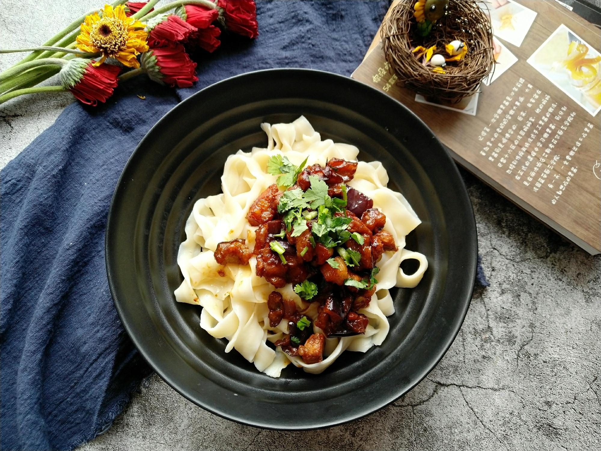 茄丁肉酱面,面条煮熟捞出过冷水沥干水分 浇上榨好的肉酱即可</p> <p>