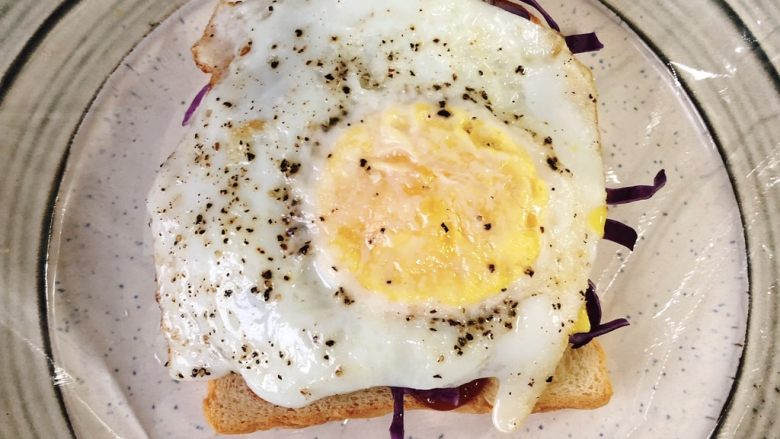 蔬菜三明治,铺上鸡蛋