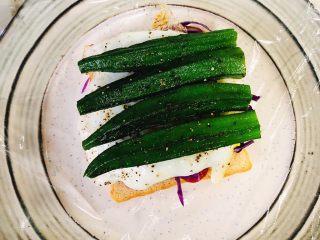 蔬菜三明治,排好秋葵