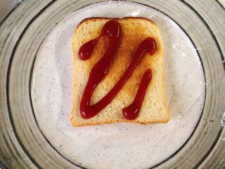 蔬菜三明治,烤盘垫保鲜膜,吐司上先挤一点<a style='color:red;display:inline-block;' href='/shicai/ 699/'>番茄酱</a>