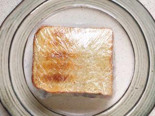 蔬菜三明治,用保鲜膜包紧,对切一下,就可以享用啦!