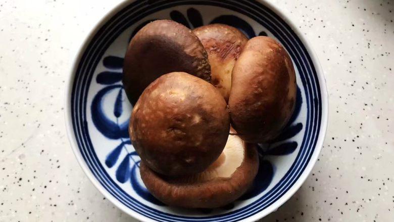 鲜香菇鸡蛋蒸酱油肉,鲜香菇去蒂洗净