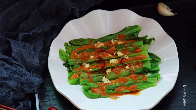 麻酱淋油麦菜,油麦菜是典型的低热量、高营养的蔬菜