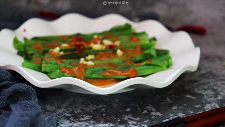 麻酱淋油麦菜,入口爽脆,回味甘甜,做上一盘是根本不够吃哦!