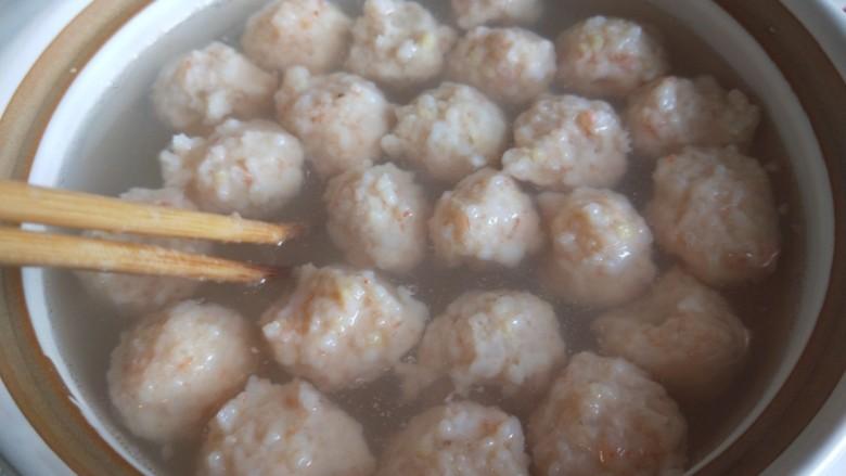 虾滑丸菠菜汤,用筷子搅拌一下。