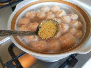 虾滑丸菠菜汤,加入鸡精调味儿。