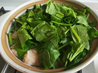 虾滑丸菠菜汤,倒入菠菜。