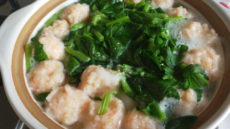 虾滑丸菠菜汤,开锅关火。