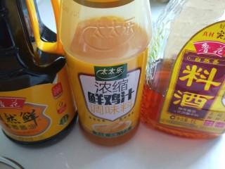 虾滑丸菠菜汤,调料,<a style='color:red;display:inline-block;' href='/shicai/ 718/'>料酒</a>,鲜鸡汁,<a style='color:red;display:inline-block;' href='/shicai/ 135283/'>美极鲜酱油</a>,适量倒入。