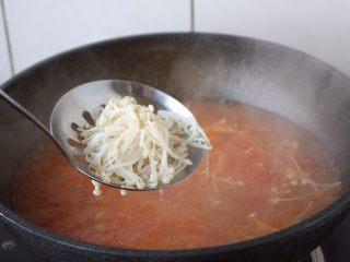 番茄金针菇肥牛卷,汤开后放入金针菇。