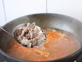番茄金针菇肥牛卷,放入肥牛卷。