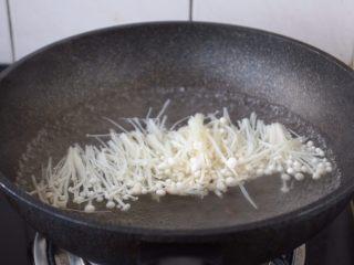 番茄金针菇肥牛卷,金针菇清洗干净,去根,撕成小朵,放在开水里汆烫30s捞出来备用,