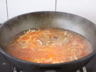 番茄金针菇肥牛卷,大火煮开。