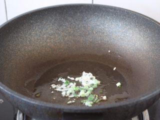 番茄金针菇肥牛卷,热锅凉油,放入葱花和蒜片,炒出香味。