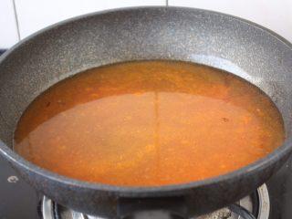 番茄金针菇肥牛卷,放入适量的水。