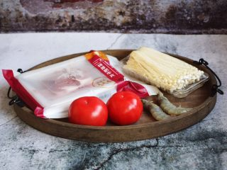 番茄金针菇肥牛卷,准备好食材。