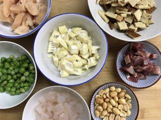 八宝辣酱,准备好材料后,分别把所用的材料清洗干净后切成丁或粒。